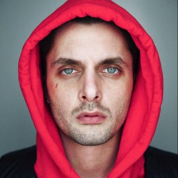 Low Kidd, all'anagrafe Lorenzo Paolo Spinosa, produttore di 28 anni, ha composto le strumentali di Vestito Nudo e Mha ha ha ha